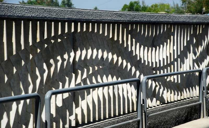 """Architecture: Wall with marble """"fins"""