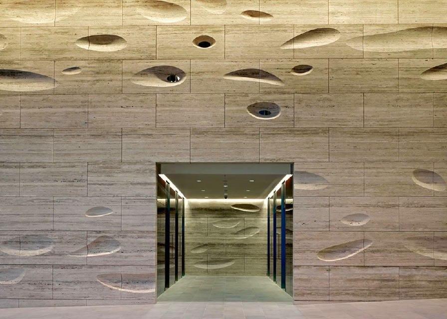 Edificio Con Le Pareti In Travertino: Scale ed esterni in ...