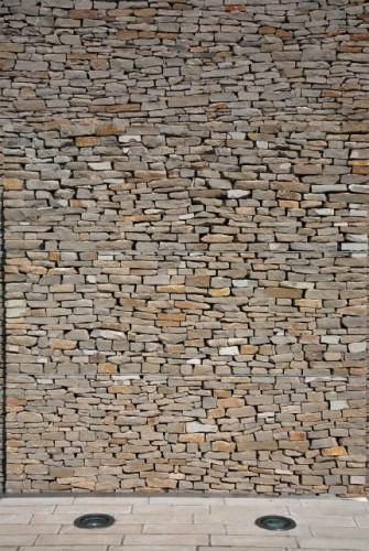 Arquitectura la pared de piedra cubre la ventana como una - Piedra para pared exterior ...