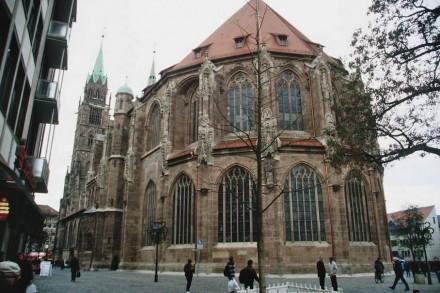 Chorhaupt und Chorlanghaus (Südseite) von der Nürnberger St. Lorenz-Kirche nach der Restaurierung und Konservierung: 2. Preis für Christoph Mai (Monolith Bamberg).