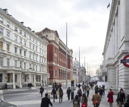 Las farolas de 20 m de alto, en metal claro, ponen un acento adicional en el centro de la calle.