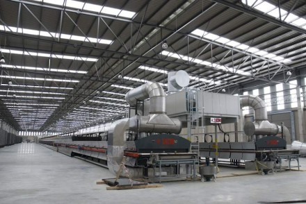 Engineered Stone wird in großen Anlagen unter Einsatz von Hitze und Druck hergestellt. Hier die neue Produktionsstätte der Cosentino Group für das Material Dekton in der Provinz Almeira in Spanien. Foto: Cosentino