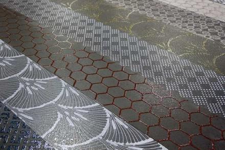 Nero Sicilia: Si prenda un basalto nero o rispettivamente grigio, si facciano su di esso con la polvere di vetro dei disegni decorativi e si imprimano sulla superficie di pietra infornandolo.