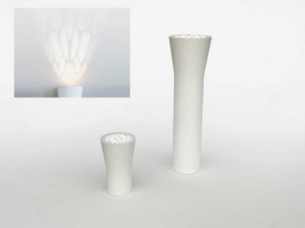 """""""Galatina"""" é uma mesa ou também uma luminária de Ludovica+Roberto Palomba. Em cima ela tem uma tela metálica e sua padronagem lembra janelas de catedrais góticas."""