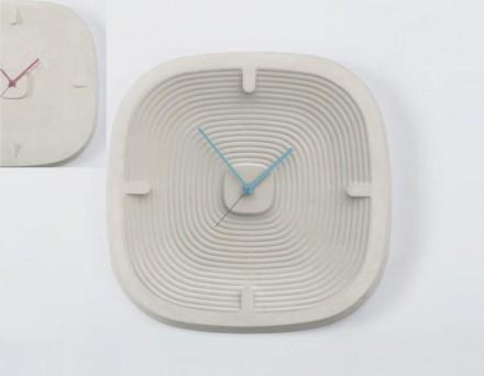 """""""1480"""", dos mesmos designers, lembra a Batalha de Otranto. Linhas circulares sobre mostrador de horas simbolizam o passar do tempo."""