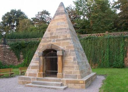 Studnitz-Grabpyramide aus Seeberger Sandstein in Gotha unweit der Gymnasiums Ernestinum. Foto: Wikimedia Commons