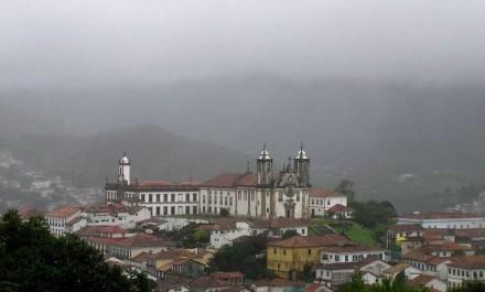 Ouro Preto, a Igreja do Carmo (centro) e o Museu da Inconfidência (esq.). Foto: Morio / Wikimedia Commons