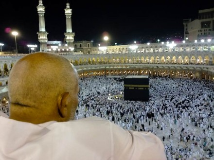 A worshipper looks down at the Kaaba after night prayers on the roof of the Masjid al-Haram. Foto: Omar Chatriwala / Wikimedia Commons