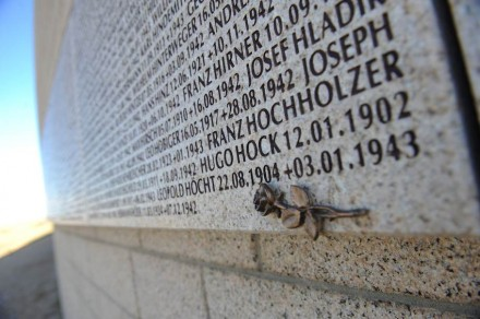 Granitstelen mit Namen von Kriegstoten. Hier ein Foto von der deutschen Kriegsgräberstätte Rossoschka bei Wolgograd.