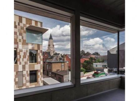 Die Architekten verwendeten einen ähnlichen Sandstein, wie er sich an einer Kirche (Sint-Niklaaskerk) findet.