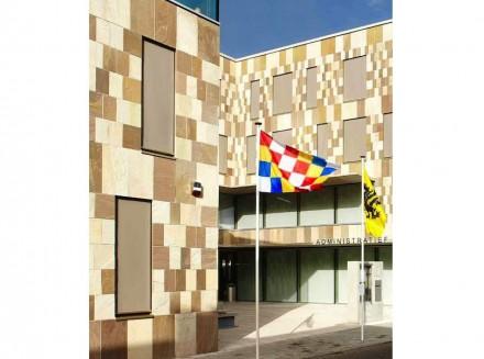 Allerdings gestalteten die Architekten die neue Fassade anders als die historischen, nämlich in einem Stein-Mosaik mit unterschiedlichen Farbtönen und Plattengrößen.