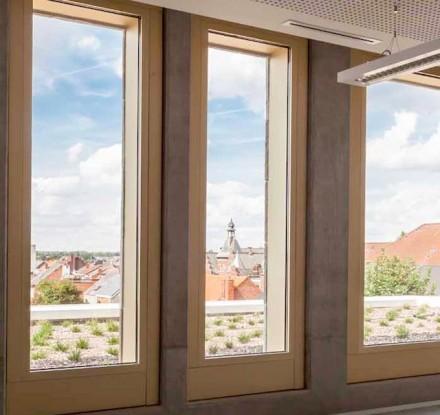 Innen sind die Fenster mit goldfarbenen Rahmen umgeben.