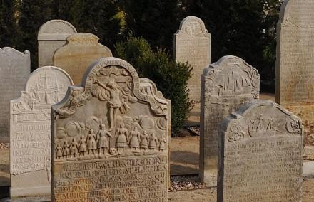 Insgesamt 152 Grabsteine aus der Zeit von 1678 bis 1858 berichten ausführlich von Leben der Insulaner von damals. Fotos: Frank-E. Hansen
