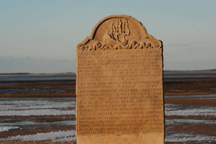 Grabstein in Steenodde auf Amrum. Dort landeten ehemals die Schiffe mit den Wesersandsteinen an.