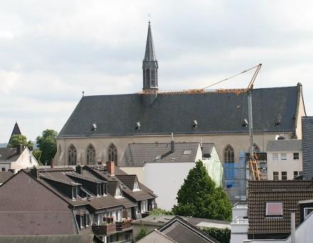 Ohne Turm, aber mit einer mächtigen Halle hebt sich die Christuskirche aus den Häusern von Andernach heraus. Foto: Peter Becker
