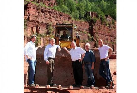 Domdekan und Vertreter der Dombauhütte beim Besuch im Mainsandstein-Bruch der Firma Franz Zeller.