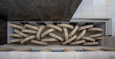 """Andy Goldsworthy, """"Stone Sea"""": Observados de cima desde o terraço, os 25 arcos poderiam parecer vermes fossando na areia, ou ainda cobras d'água, subindo rapidamente à superfície."""