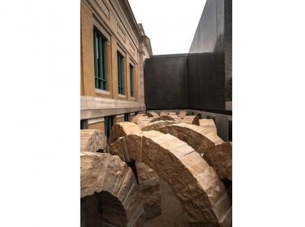 """""""Rochas vivem uma viagem geológica"""", filosofa Goldsworthy em um texto. Esse movimento ele quis traduzir em seus arcos, e para isso ordenou-os quase que uns contra os outros."""