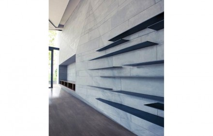 The contrasts are emphasized by the material used: rough-grinded slate was implemented.