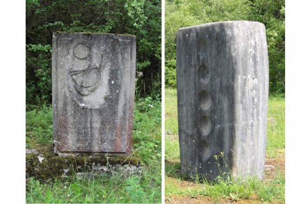 """Links: Stele auf dem Waldweg zum ehemaligen Kaisersteinbruch. Rechts: Skulptur """"Anrufungen"""" von Karl Prantl."""