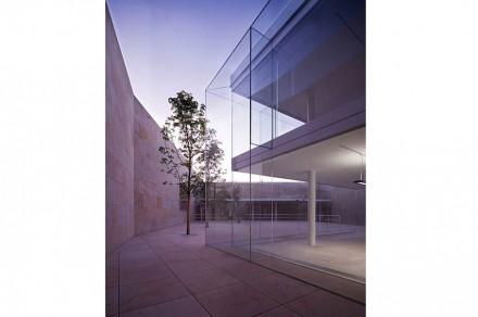 Jedoch ist Glas der Baustoff, der die Anlage prägt. Zu erwähnen ist zum Beispiel, dass die Außenscheiben sagenhafte 6 x 3 m groß und 2,4 cm dick sind.