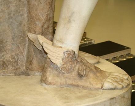Götterbote mit Schuhen mit Flügeln aus Gips - in der Datenbank wird die Restauration an einem Kunstwerk festgehalten.