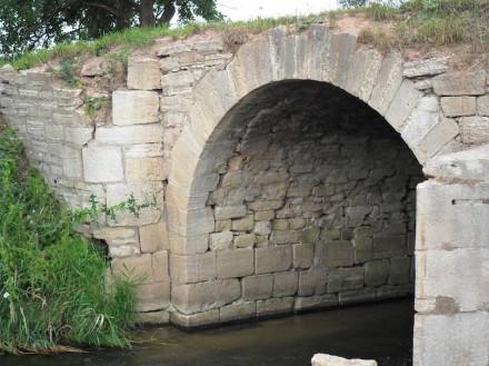 Die Außenschale des massiven Mauerwerks besteht aus exakt bearbeiteten Kalksteinen. Die Laibung der Bögen ist in unregelmäßigem Schichtmauerwerk ausgeführt (Foto vor der Sanierung). Foto: privat