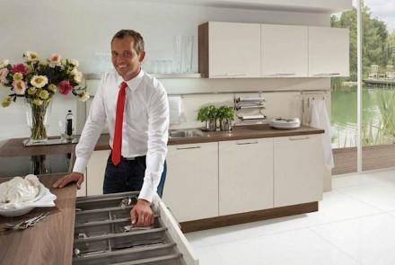 Zum Kochen gehört heutzutage auch das Befühlen der Oberflächen in der modernen Küche. Ob es mit einem roten Schlips mehr Erlebnis bietet, wissen wir nicht. Foto: AMK