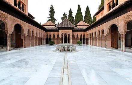 Premio Nacional, al Patio de los Leones de la Alhambra de Granada, por la restauración realizada.