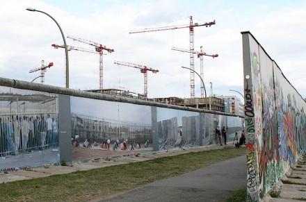 East Side Gallery: Bauboom in Berlin.