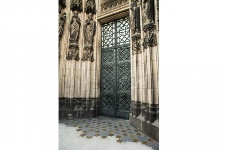 Die ersten Sterne zu Füßen des Kölner Doms.