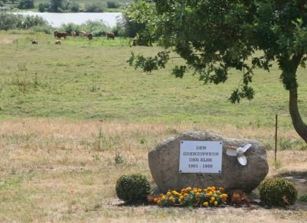Denkmal für die Opfer der DDR-Grenze in Lütkenwisch am Ufer der Elbe zwischen Hitzacker und Wittenberge.