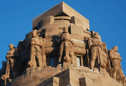 12 je 12 Meter hohe Wächterfiguren krönen das Denkmal.