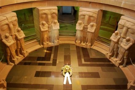 In der Krypta, dem symbolischen Grab der Gefallenen, wachen 16 Ritter. Hinter ihnen 6 Meter hohe Totenmasken.