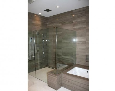 Note as saídas de ducha adicionais nas paredes e no teto.