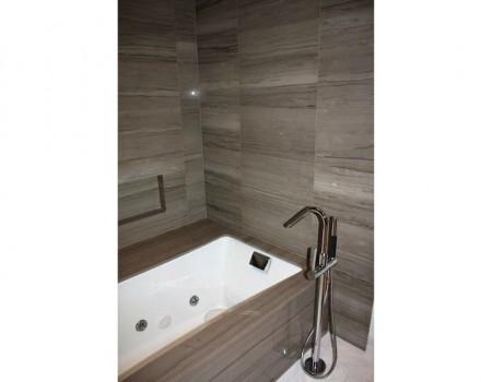 El lado opuesto del cuarto de baño está decorado de forma completamente distinta.