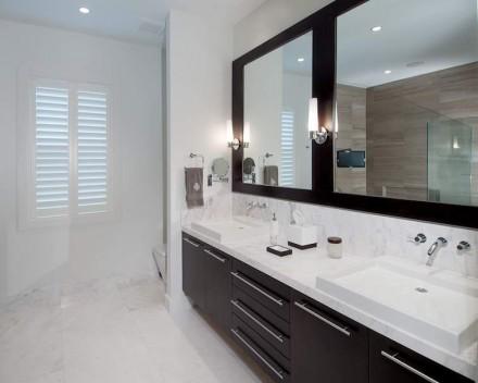 Totalmente diferente é a composição da parede oposta neste banheiro.