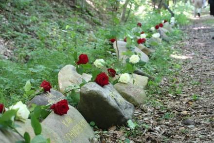 Einweihung der 200 Gedenksteine für die am 25. September 1944 nach Auschwitz Deportierten. Foto: Katharina Brand, Gedenkstätte Buchenwald
