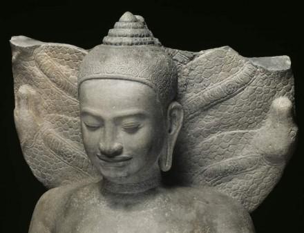 Buddha, geschützt von der Nāga-Schlange, Ende des 12. bis 13. Jahrhundert, aus dem Tempelkomplex von Preah Khan Kompong Svay, Sandstein.