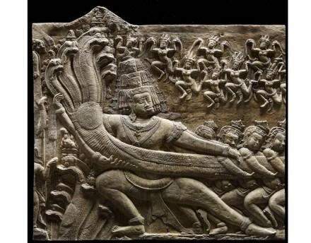 Das Buttern des Ozeans von Milch (Detail): die Dämonen, die die Schlange halten. Erste Hälfte des 12. Jahrhunderts, Angkor Wat, Gipsabguss.