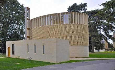 L'edificio nuovo ha comunque una forma essenziale: si tratta di un tamburo ellittico. Foto: Front Elevation