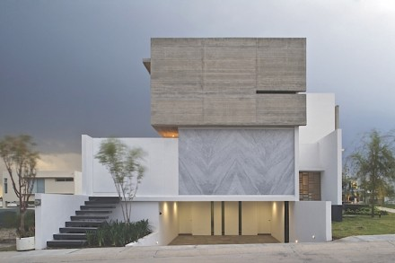 How to set an accent with natural stone is demonstrated effectively by Eliás Rizo Arquitectos and Agraz Arquitectos with the aid of their Casa X in Mexico's Zapopan.