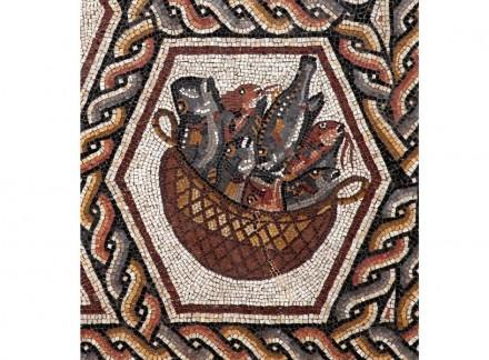 Detail aus dem Mosaik: geflochtener Korb mit verschiedenen Fischen.