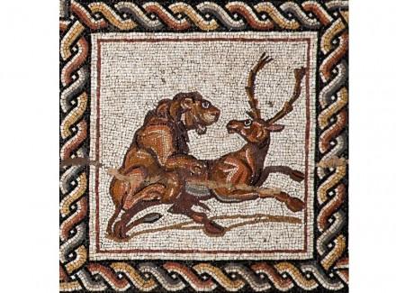 Detail aus dem Mosaik: Berberlöwe erlegt Damhirsch.