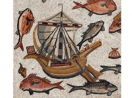 Detail aus dem Mosaik: Römisches Handelsschiff in voller Fahrt mit rotweißer Flagge und geblähtem Rahsegel. An Bord ein Wasservogel als Besatzung.