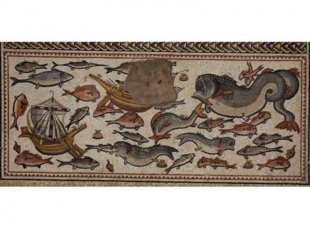 Detail aus dem Mosaik: Meerestiere, dazwischen zwei römische Handelsschiffe.