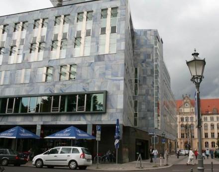 Magdeburg hat noch eine steinerne Überraschung in Blau zu bieten, nämlich das Gebäude der Nord LB (Breiter Weg 7) mit dem brasilianischen Quarzit Azul do Macaubas. Jenseits der Straße, auf unserem Foto hinten, das alte Postamt mit viel heimischem Sandstein.