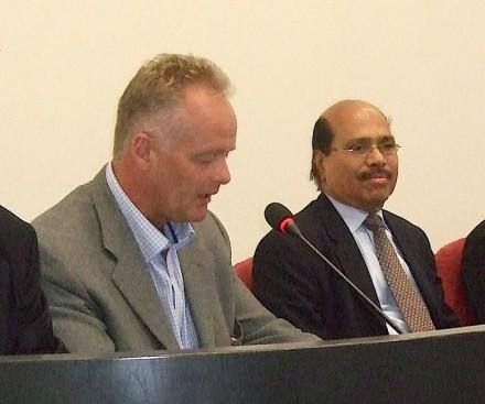 El nuevo presidente de Wonasa, John-Petter Gundersen (izq.) y su predecesor, R. Veeramani, en una imagen de la fundación de la asociación en 2010.
