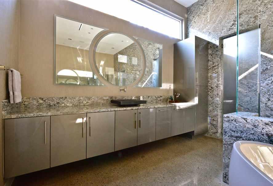 Piedra natural de brasil en un cuarto de ba o de los - Casas decoradas con piedra natural ...