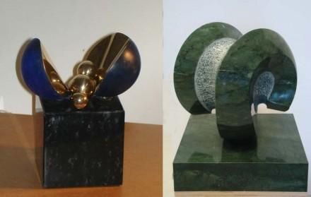 Links: Arbeit von Ernst Ghenzi (Vater), Bronze poliert/patiniert auf Serpentinsockel, ca. 16 cm. Rechts: Arbeit von Ernesto Ghenzi (Sohn), Marmorera Basalt aus Graubünden, 50 x 50 x 58 cm, poliert/gespitzt.
